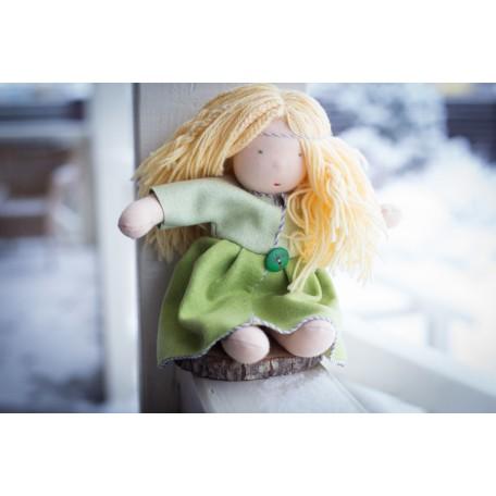 Кукла вальдорфская в зеленом наряде